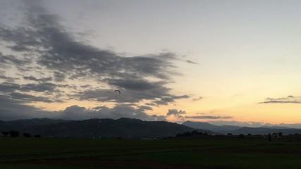 Tramonto con parapendio e belle nuvole