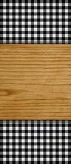 Karomuster schwarz-weiß mit Holzbrett