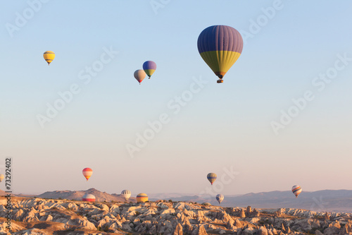 Canvas Luchtsport Multicolored balloons in flying in sky, sunrise time