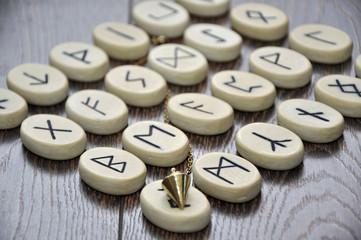 Runensteine und Pendel