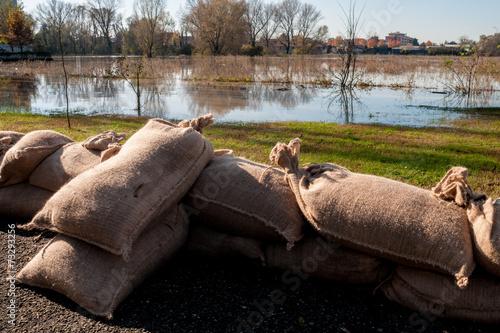 Argine di sacchi di  sabbia a protezione esondazione - 73293256
