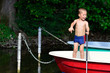 kleiner Junge in einem Fischerboot