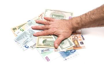 рука прижимает деньги