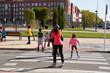 patinadores cruzando un paso de cebra - 73299427