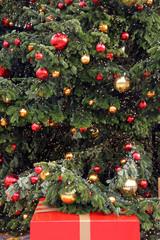 weihnachtsbaum mit geschenk in rot und gold