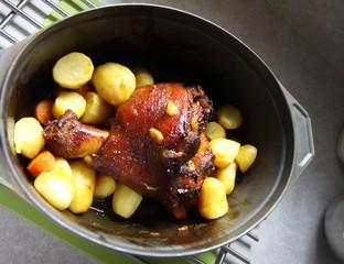 jarret de porc roti en cocotte et pommes de terre