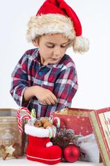 Junge mit Weihnachtsgeschenken