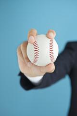 野球のボールを持つビジネスマンの手