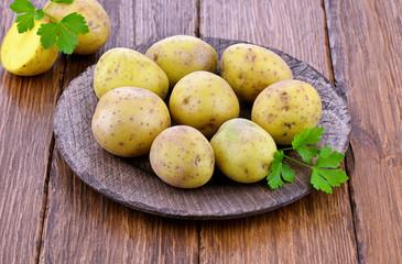 Surowe ziemniaki na talerzu