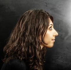 profilo di giovane donna