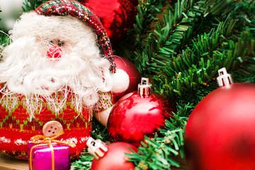 Santa Claus y algunos objetos navideños