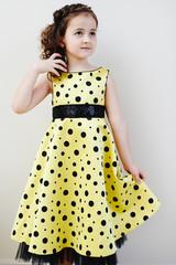 Девочка в жёлтом платье