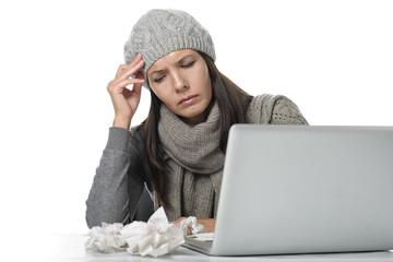 Unglückliche Frau mit Erkältung im Büro