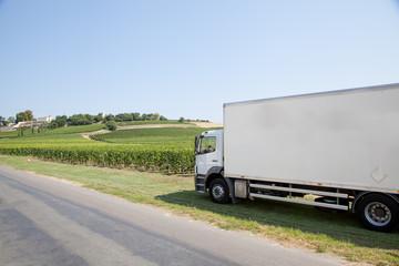 Camion prés des vignes