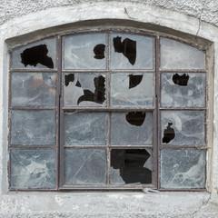 Fenster mit zerbrochenen Scheiben