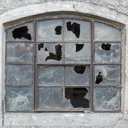 canvas print picture Fenster mit zerbrochenen Scheiben