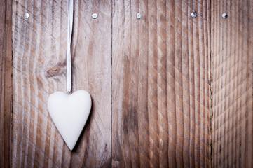 Petit coeur blanc suspendu