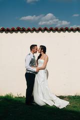 Gli sposi si abbracciano