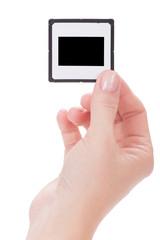 weibliche Hand hält Bilderrahmen über weißem Hintergrund