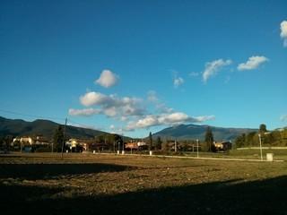 Pueblo rural bajo la montaña