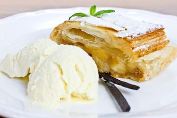 Apfelstrudel mit Vanilleeis