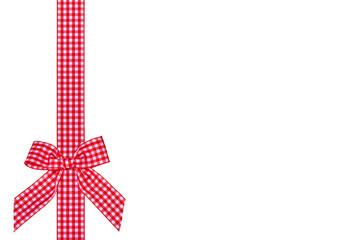 rotkariertes Geschenkband mit Schleife, freigestellt