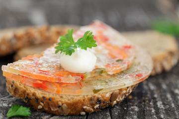 Brot mit Gemüsesülze