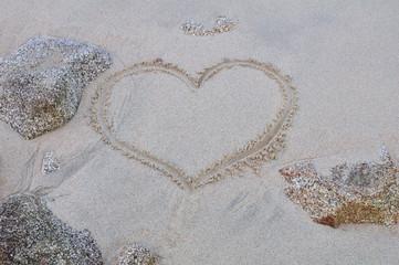 Coeur dessiné sur le sable humide d'une plage