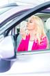 Frau schminkt sich im neuen Auto