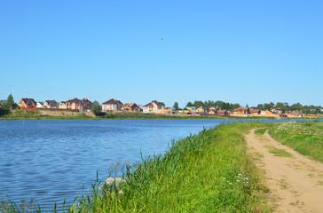 Коттеджный поселок на противоположном берегу водоёма