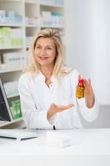 apothekerin empfiehlt ein arzneimittel