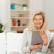 Leinwanddruck Bild moderne best-ager frau benutzt tablet zu hause