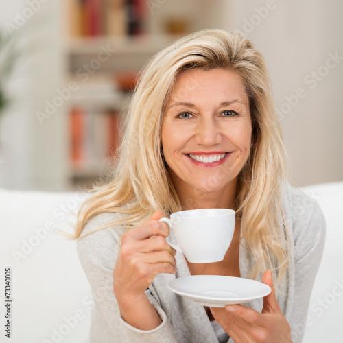 sympathische frau mit einer tasse kaffee - 73340805