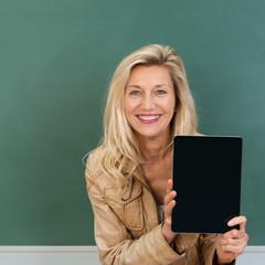 lehrerin zeigt leeren tablet-pc