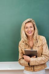 lehrerin arbeitet mit tablet-pc im unterricht