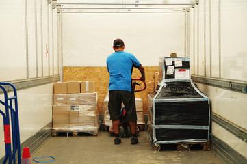 transport logistique - chauffeur dans son camion