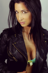 belle brune avec une veste en cuir sexy