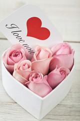 Rosa Rosen in Karton mit Karte Ich leibe Dich
