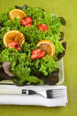Frischer Salat mit Erdbeeren und Orangenscheiben