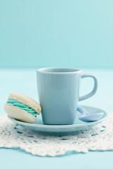 Hellblau und weiße Macarons mit Buttercreme