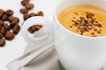Frische Tasse Kaffee mit Garnierung