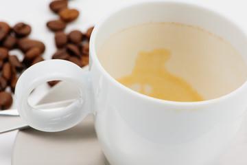 Leere Kaffeetasse mit Kaffeebohnen