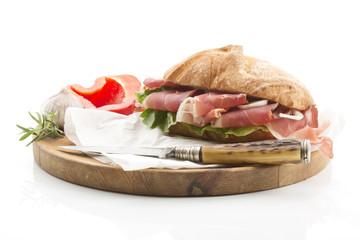 Weißbrot nach mit Südtiroler Schinkenspeck, Salat und Paprika