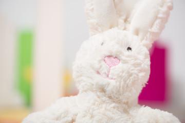 Stofftier Hase im Kinderzimmer