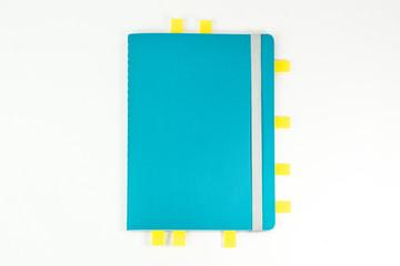 Schulbedarf, Notizbuch auf weißen Hintergrund