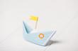 canvas print picture - Blaues Papierboot mit gelber Flagge