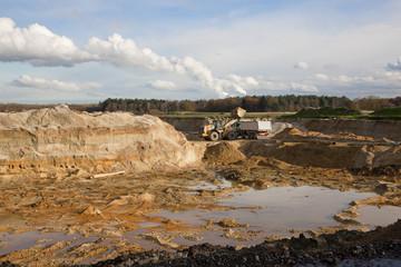 Sandgrube mit Bagger