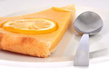 Part de tarte au citron dans une assiette
