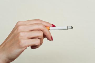 main de femme tenant une cigarette
