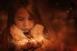 Kind pustet Schnee und Sterne